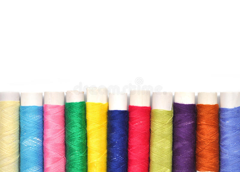 Stos coloured bobiny odizolowywać na bielu lurex nić fotografia stock