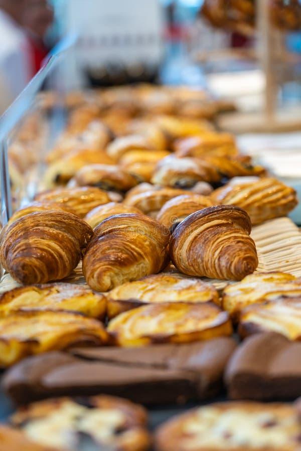Stos croissant i ciasto dla sprzedaży przy patisserie sklepem obrazy royalty free
