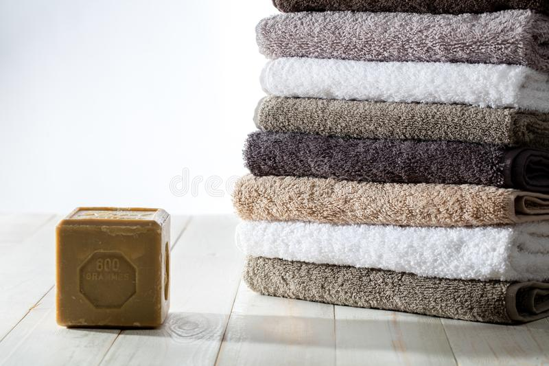 Stos czyści miękcy ręczniki z podtrzymywalnym oliwa z oliwek mydłem zdjęcia stock