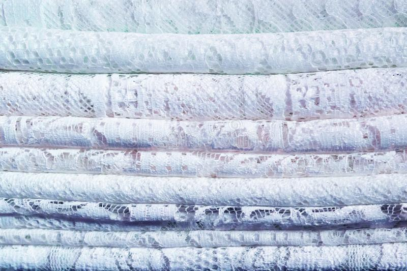 Stos delikatne tradycyjne koronkowe tekstylne tkaniny z naturalnym wzorem bia?y i b??kitny obraz stock