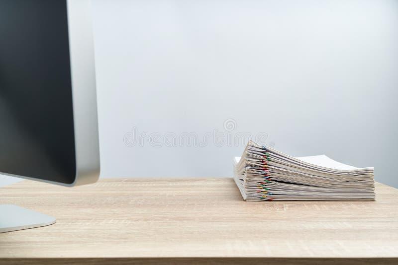 Stos dokumentu raport na drewnianym stole i komputer zdjęcia royalty free