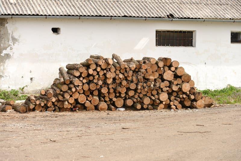 Stos drewna blisko ściany stary dom zdjęcie stock