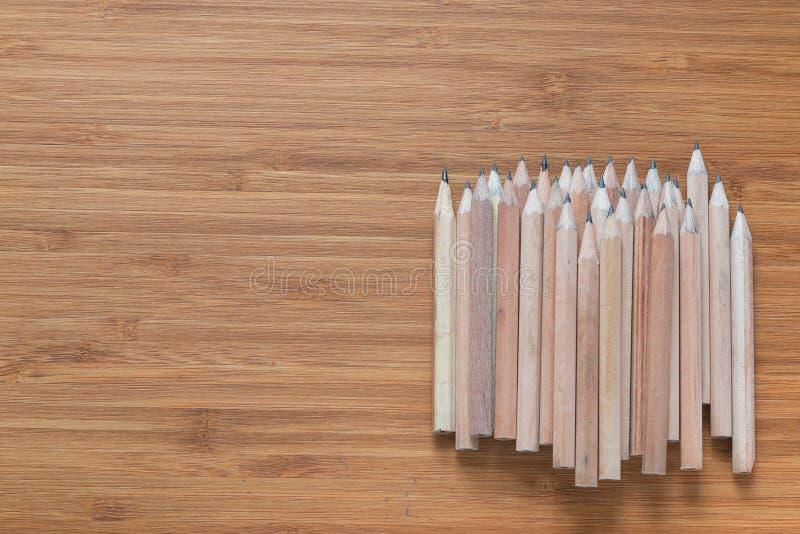 Stos drewniani ołówki kłama na biurku Tło dla biurowych tematów fotografia stock