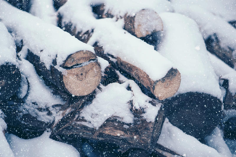 Stos drewno bele pod śniegiem obrazy stock