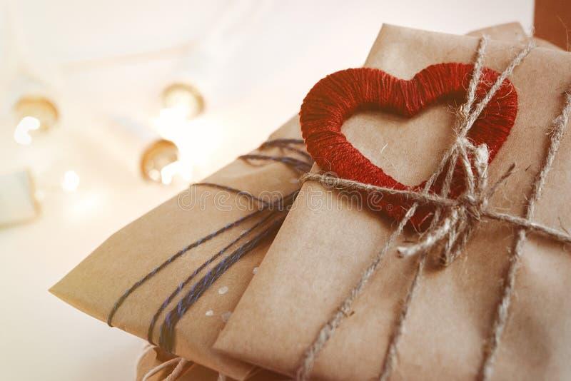Stos eleganccy nieociosani prezenty z czerwonym sercem na rzemiosło papierze Chri fotografia royalty free