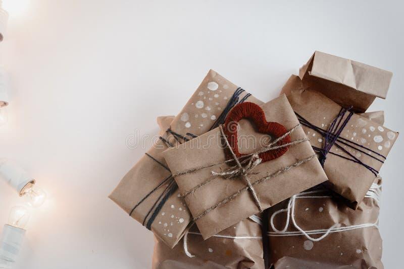 Stos eleganccy nieociosani prezenty z czerwonym sercem na rzemiosło papierze Chri zdjęcia royalty free
