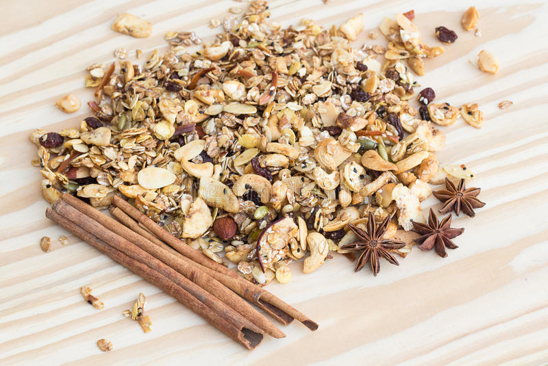 Stos granola zboże i cynamonowi kije na drewnianym backgroun zdjęcie stock