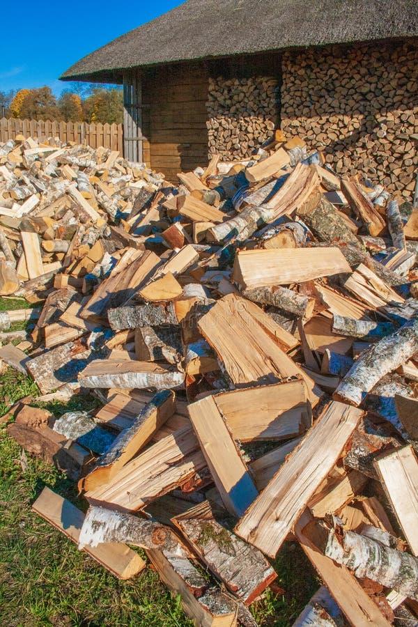 Stos i ściana rżnięty brzozy drewno obrazy royalty free