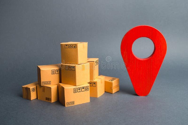 Stos kartony i czerwona pozycji szpilka Lokalizować pakunki i towary Algorytm dla budować minimalną trasę zdjęcie royalty free