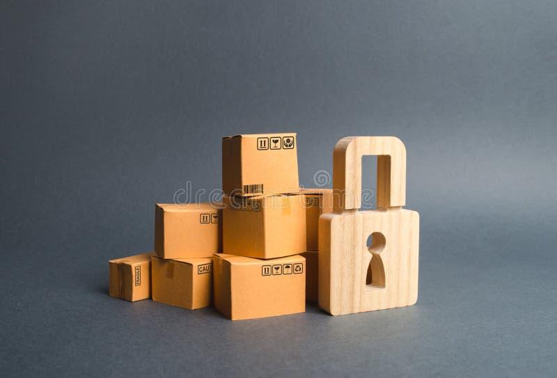 Stos kartony i drewniana kłódka pojęcie asekuracyjni zakupy Pod warunkiem, że gwarancja na nabywających produktach konsument zdjęcie stock