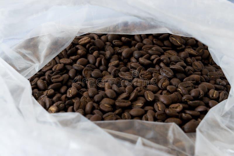 Stos kawowe fasole w torbie obraz stock