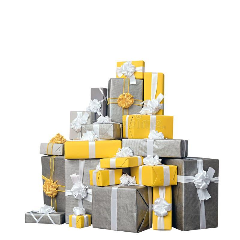 Stos kolor żółty i popielaci Bożenarodzeniowi prezenty, odizolowywający na bielu zdjęcia royalty free