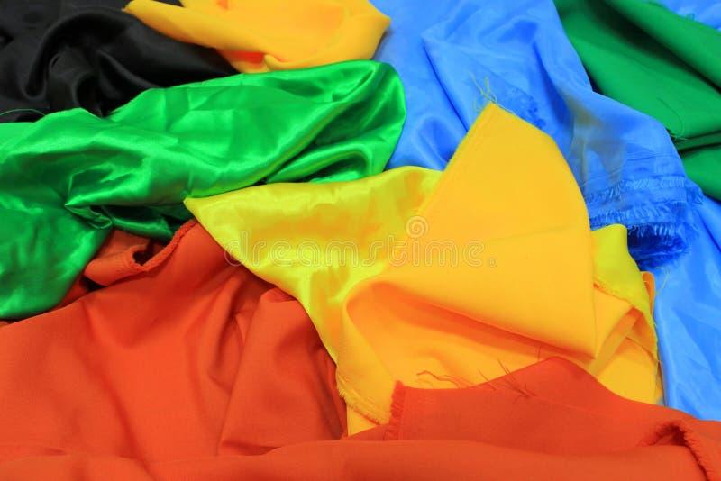 Stos kolorowe jedwabnicze tkaniny Mieszanka wibrujący kolory jako tło fotografia royalty free