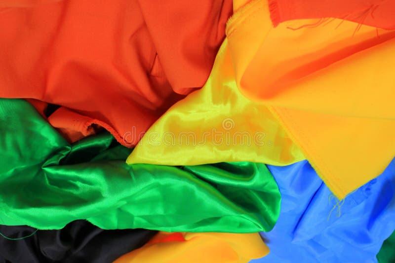Stos kolorowe jedwabnicze tkaniny Mieszanka wibrujący kolory jako tło fotografia stock