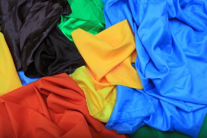 Stos kolorowe jedwabnicze tkaniny Zmięte łaty wibrujący kolor fotografia stock