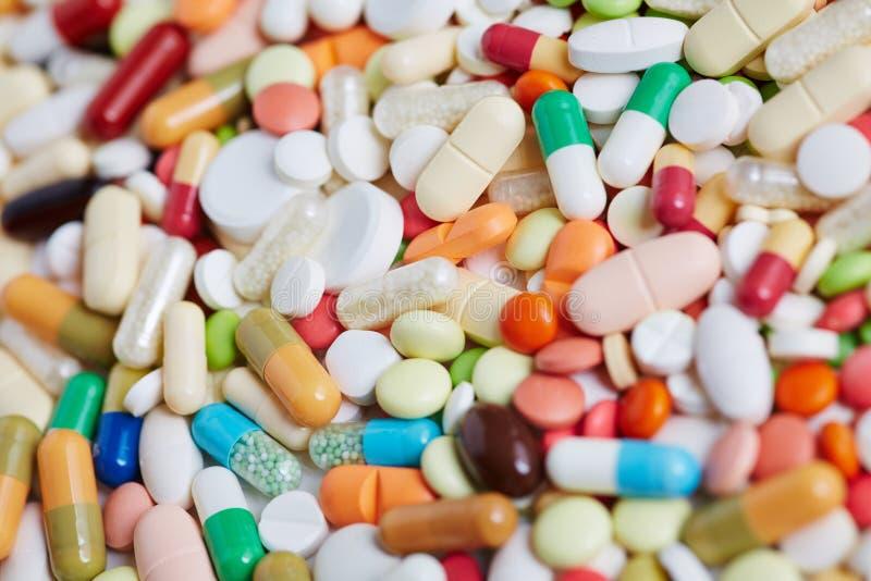 Stos kolorowe pigułki i medycyny lekarstwo zdjęcie royalty free