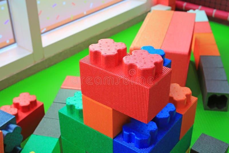 Stos kolorowi duzi bloki buduje zabawki pieni si? Edukacji preschool salowy boisko obraz stock