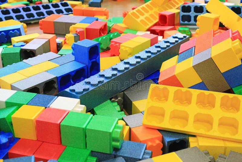 Stos kolorowi duzi bloki buduje zabawki pieni si? Edukacji preschool salowy boisko obrazy stock