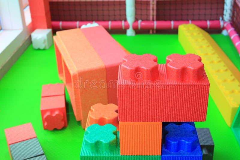 Stos kolorowi duzi bloki buduje zabawki pieni si? Edukacji preschool salowy boisko zdjęcie royalty free