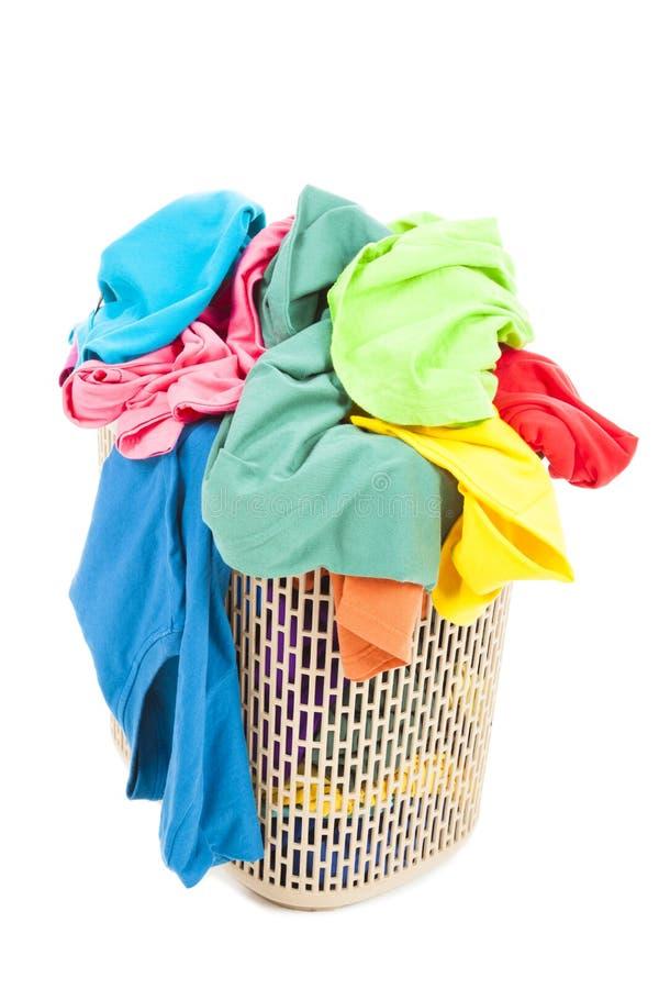 Stos kolorowy i bałagan odziewa w koszu obrazy stock