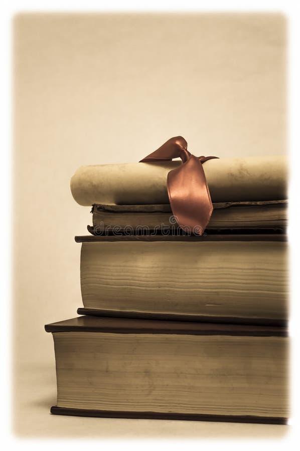 Stos książki i dyplom ślimacznica zdjęcia stock
