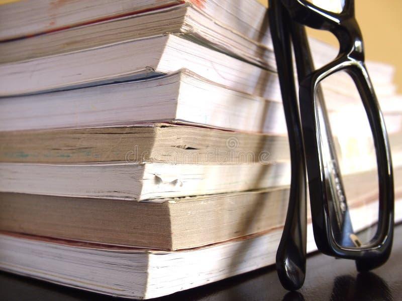 Stos książki i para eyeglasses obraz royalty free
