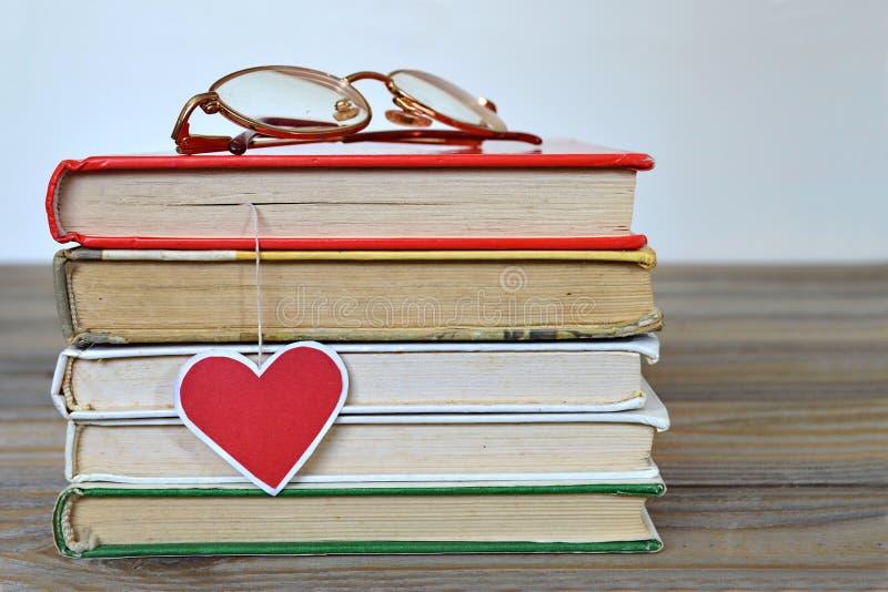 Stos książki i serca kształtny bookmark zdjęcie royalty free