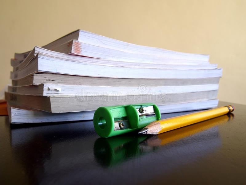 Stos książki, ołówek i ostrzarka, zdjęcie royalty free