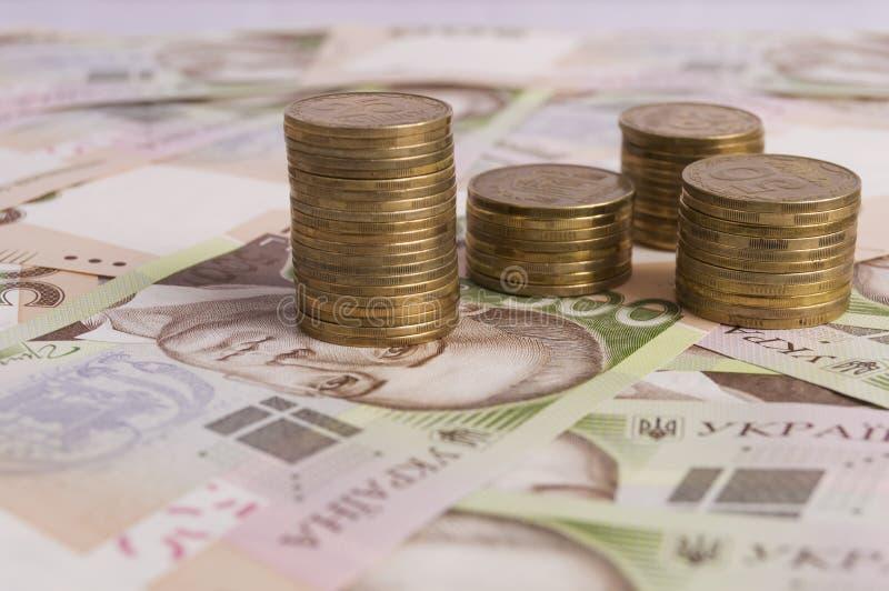 Stos monety i hryvna rachunki obrazy stock