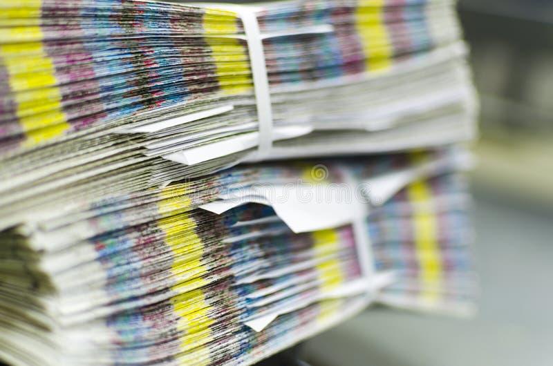 Stos niedokończony druku magazyn z cmyk barami zdjęcie stock