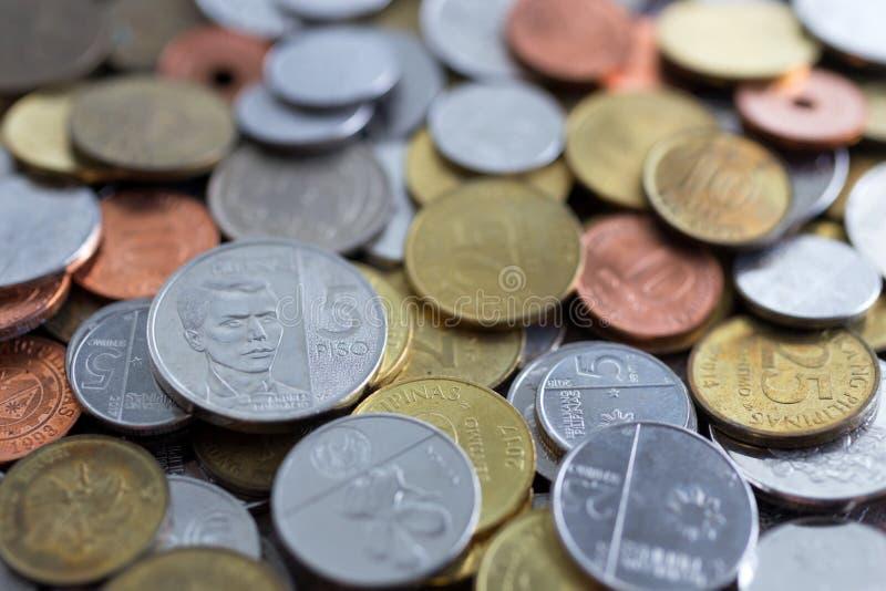 Stos nowe i stare Filipińskiego peso monety obrazy stock