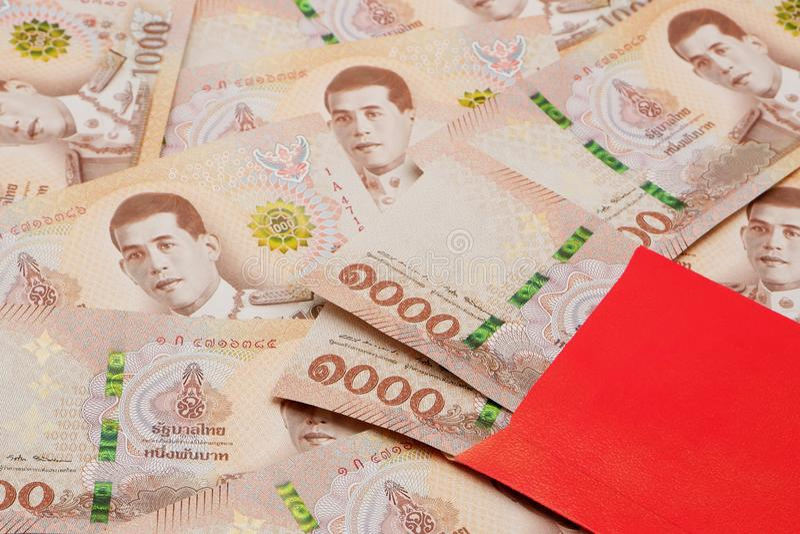 Stos nowi 1000 Tajlandzkiego bahtu banknotów z czerwoną kopertą zdjęcia royalty free