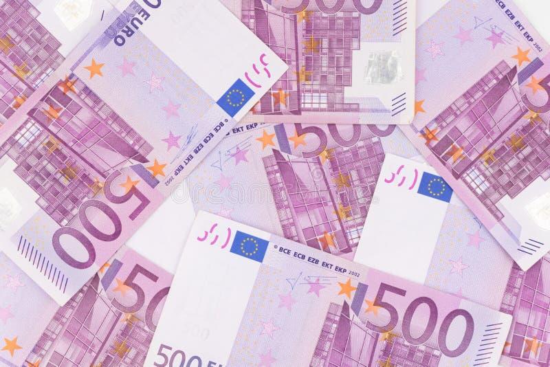 Stos pięćset euro rachunków umieszczających na stole dla pieniężnych półdupków obrazy stock