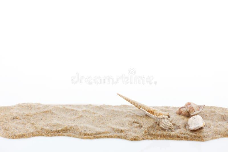 Stos piasek i skorupa odizolowywający na białym tle zdjęcia royalty free