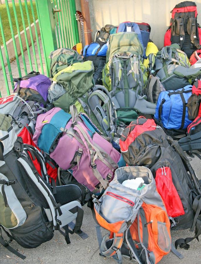 Stos plecaki przed podróżą zdjęcie royalty free