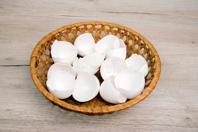 Stos puste białe jajeczne skorupy w łozinowym koszu fotografia royalty free