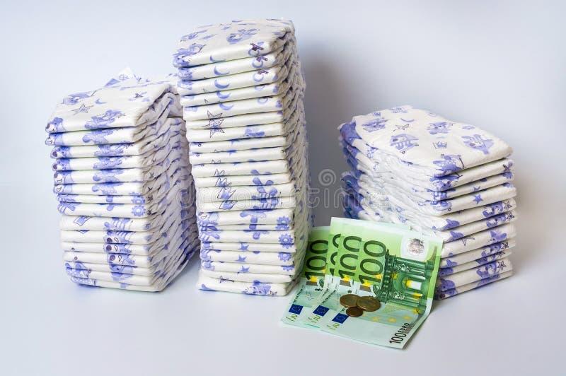 Stos rozporządzalne pieluszki z euro pieniądze zdjęcie royalty free