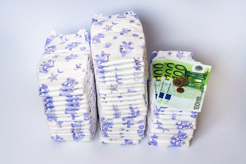 Stos rozporządzalne pieluszki z euro pieniądze obraz stock
