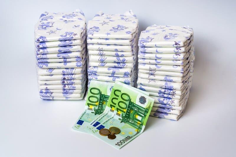 Stos rozporządzalne pieluszki z euro pieniądze zdjęcia royalty free