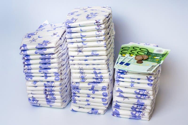 Stos rozporządzalne pieluszki z euro pieniądze fotografia royalty free