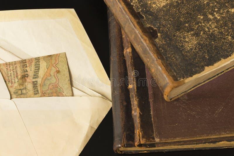 Stos stare książki w rzemiennych oprawach ustawia na boku dla pracy na th fotografia royalty free