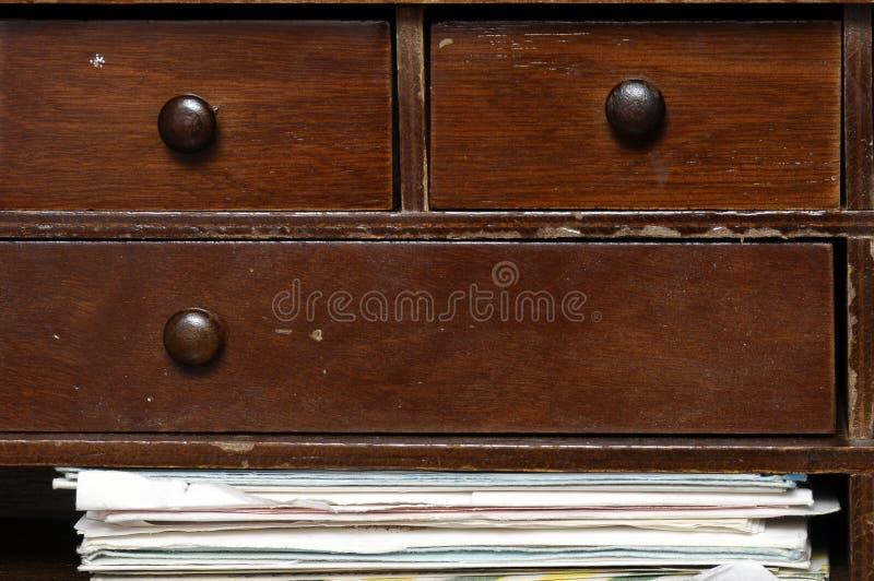 Stos starzy listy w drewnianym meble zdjęcia stock