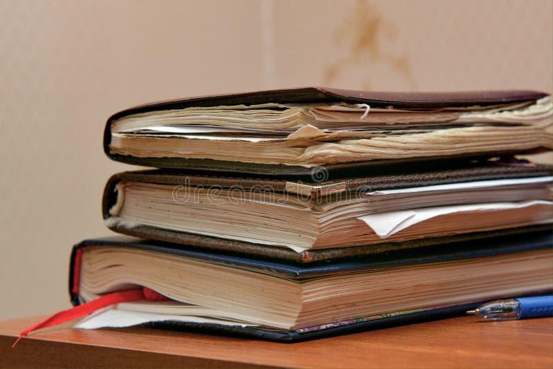 Stos starzy notatniki uczeń na stole fotografia stock