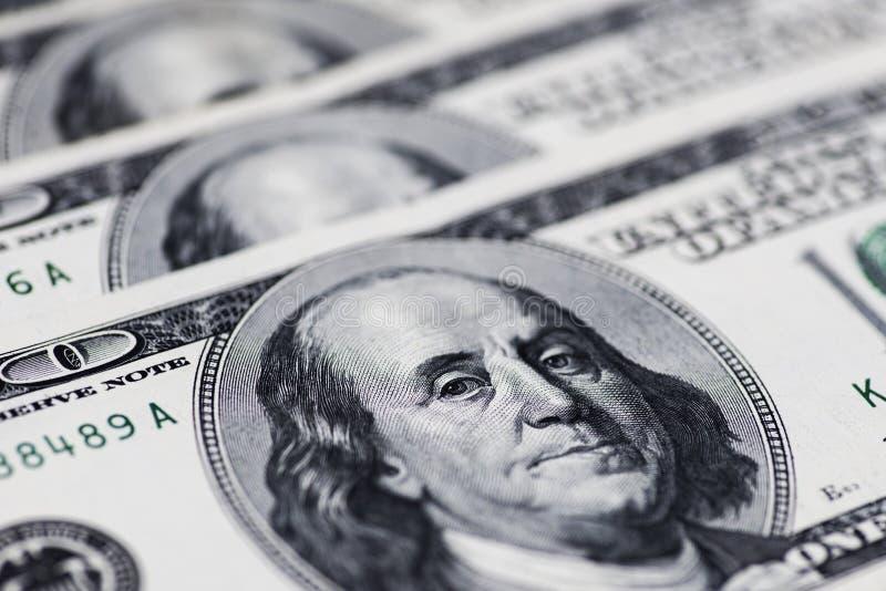Stos sto dolarów amerykańskich rachunków na stole obrazy stock