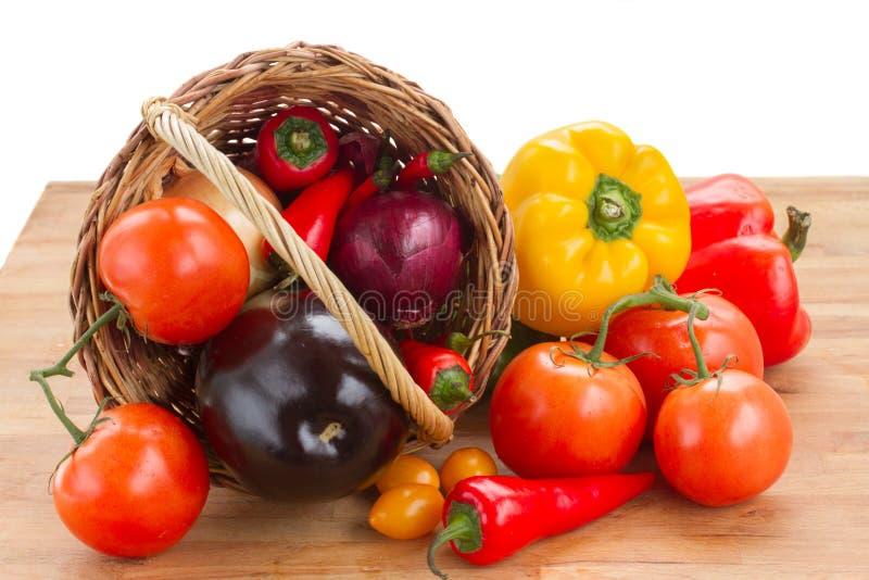 Stos   surowi warzywa w łozinowym koszu zdjęcia stock