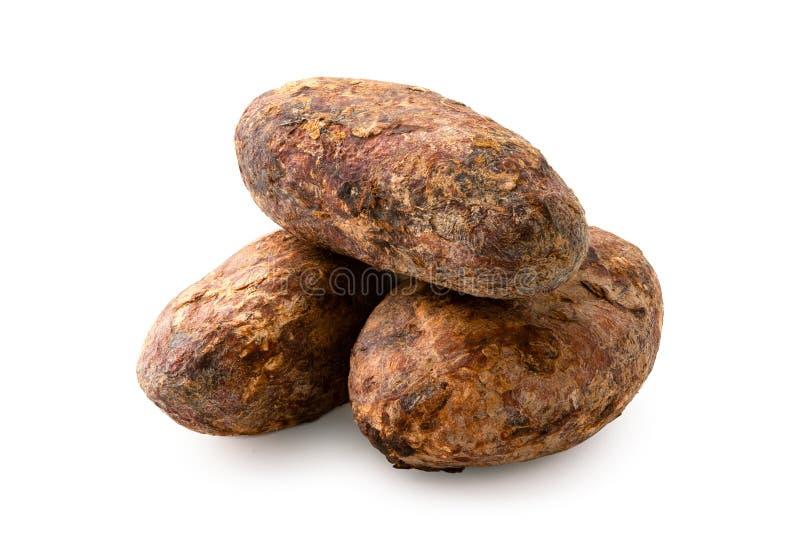 Stos trzy piec unpeeled kakaowe fasole na bielu fotografia stock