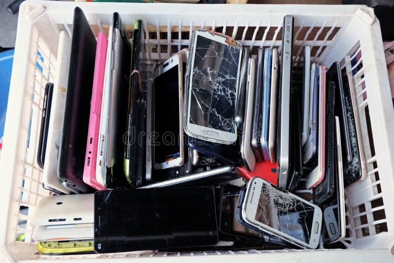 Stos używać telefony komórkowi Marnotrawi podziału łamającego lub awaryjnego fotografia stock