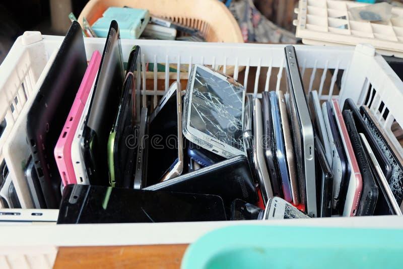 Stos używać telefony komórkowi Marnotrawi podziału łamającego lub awaryjnego zdjęcia stock