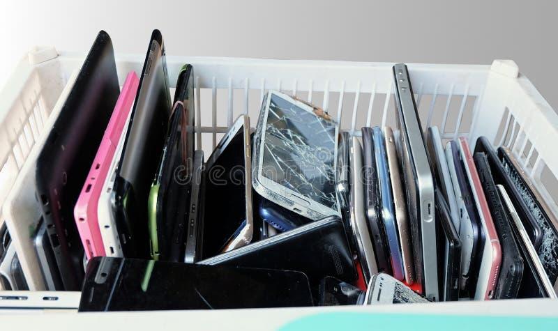 Stos używać telefony komórkowi Marnotrawi podziału łamającego lub awaryjnego obraz stock