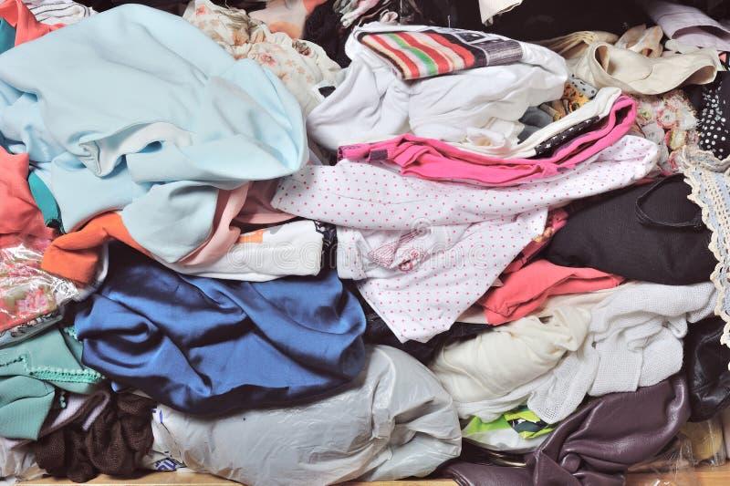 Stos upaćkany odziewa w szafie Nieporządna cluttered kobieta zdjęcia stock